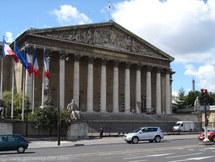 البرلمان الفرنسي يجرم الزواج للحصول على الإقامة